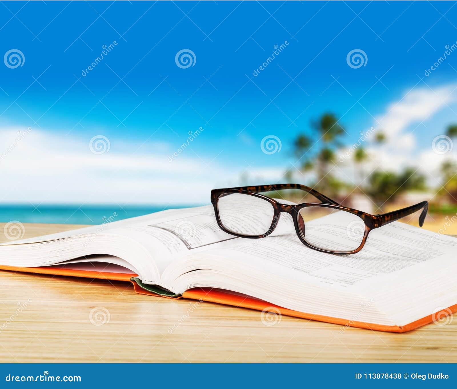 Open boek en glazen, close-upmening
