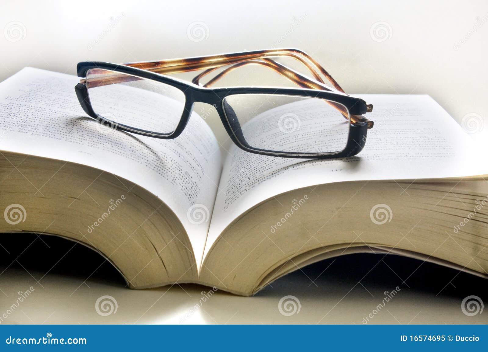 Open boek met glazen