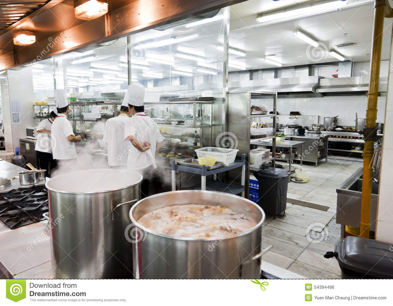 Hong Kong Keuken : Open chinese commercial kitchen in a restaurant editorial photo