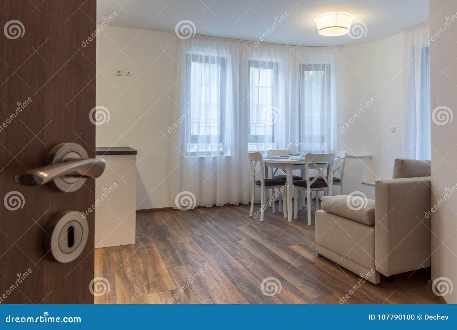 Open deur aan een nieuwe moderne woonkamer nieuw huis binnenlandse