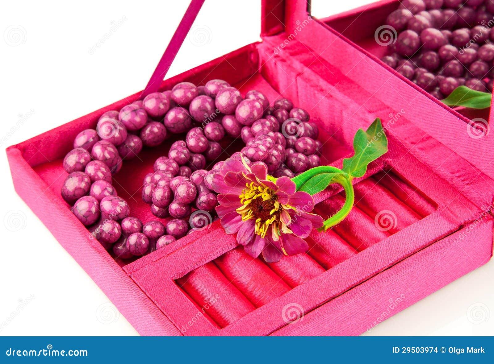 Open doos met decoratie en bloem