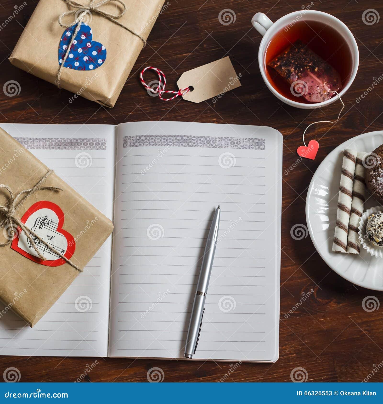 Open Een Schone Lege Blocnote, Eigengemaakte Giften Van De  Valentijnskaartendag, Een Kop Thee En Snoepjes Op Houten Bruine Lijst