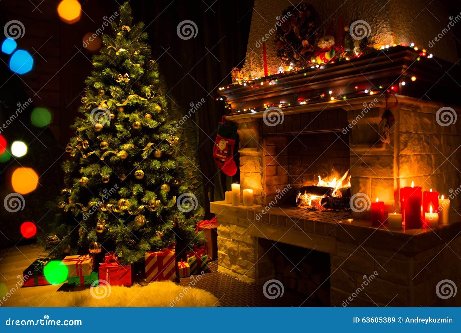 Open haard en verfraaide Kerstboom en kaarsen