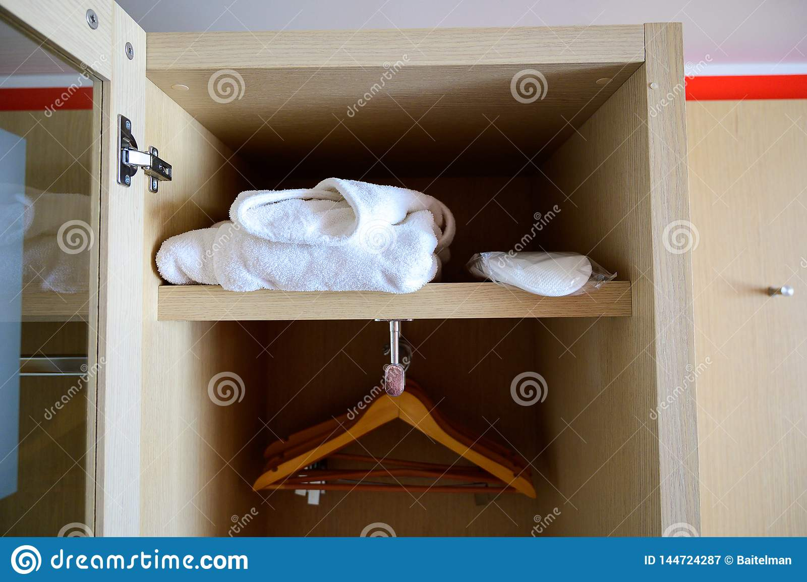 Open kast met hangers in de hotelruimte