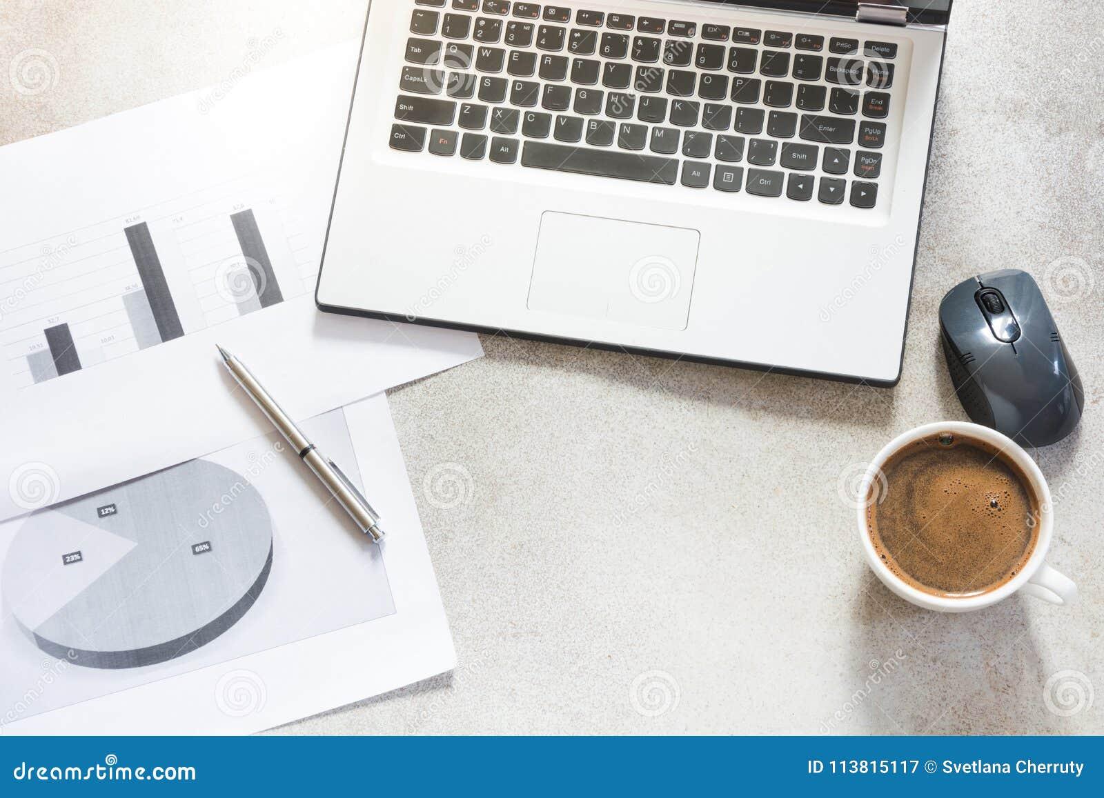 Open laptop, documentatie, rapporten, planning en kop van zwarte koffie Hoogste mening met exemplaarruimte Bureau bedrijfsconcept