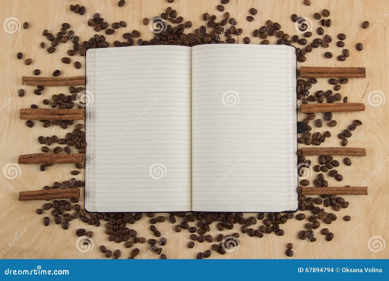 Open notitieboekje met gevoerde pagina s op een lijst waarop verspreid zijn