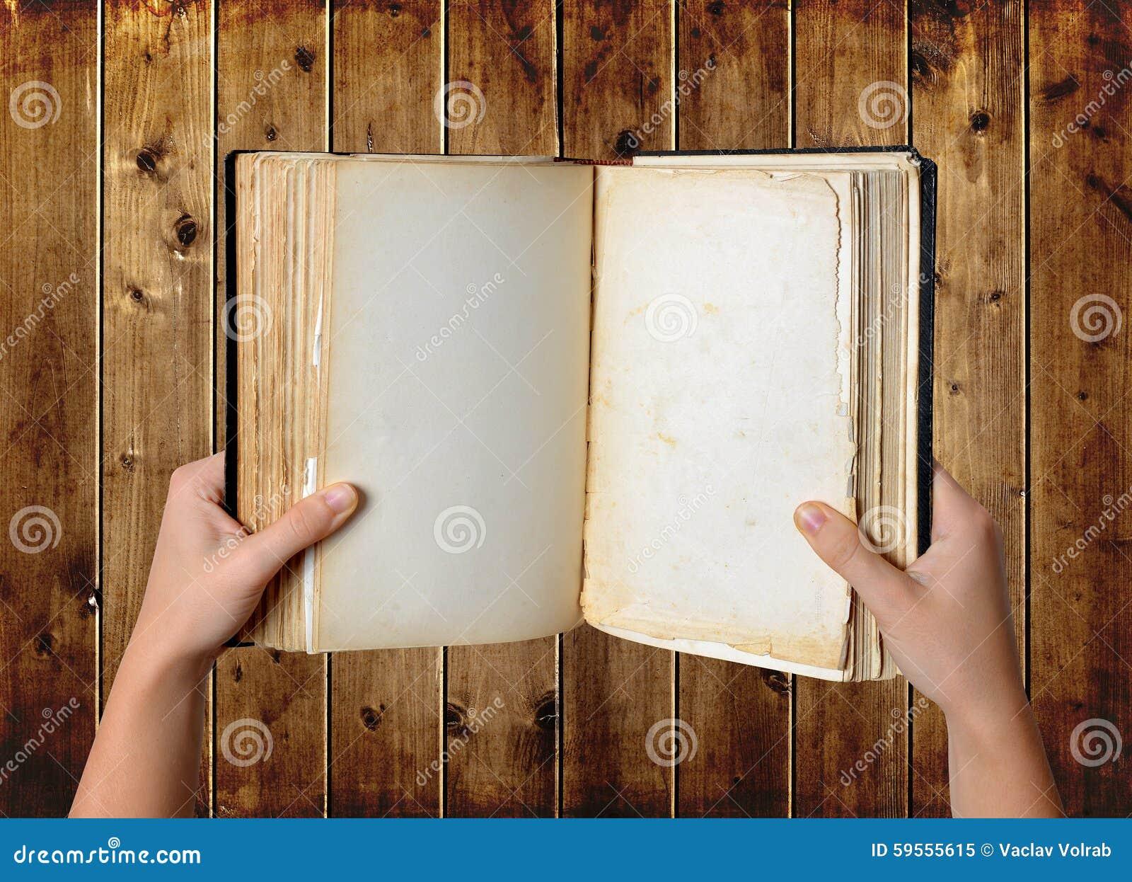 Open oud leeg boek in handen