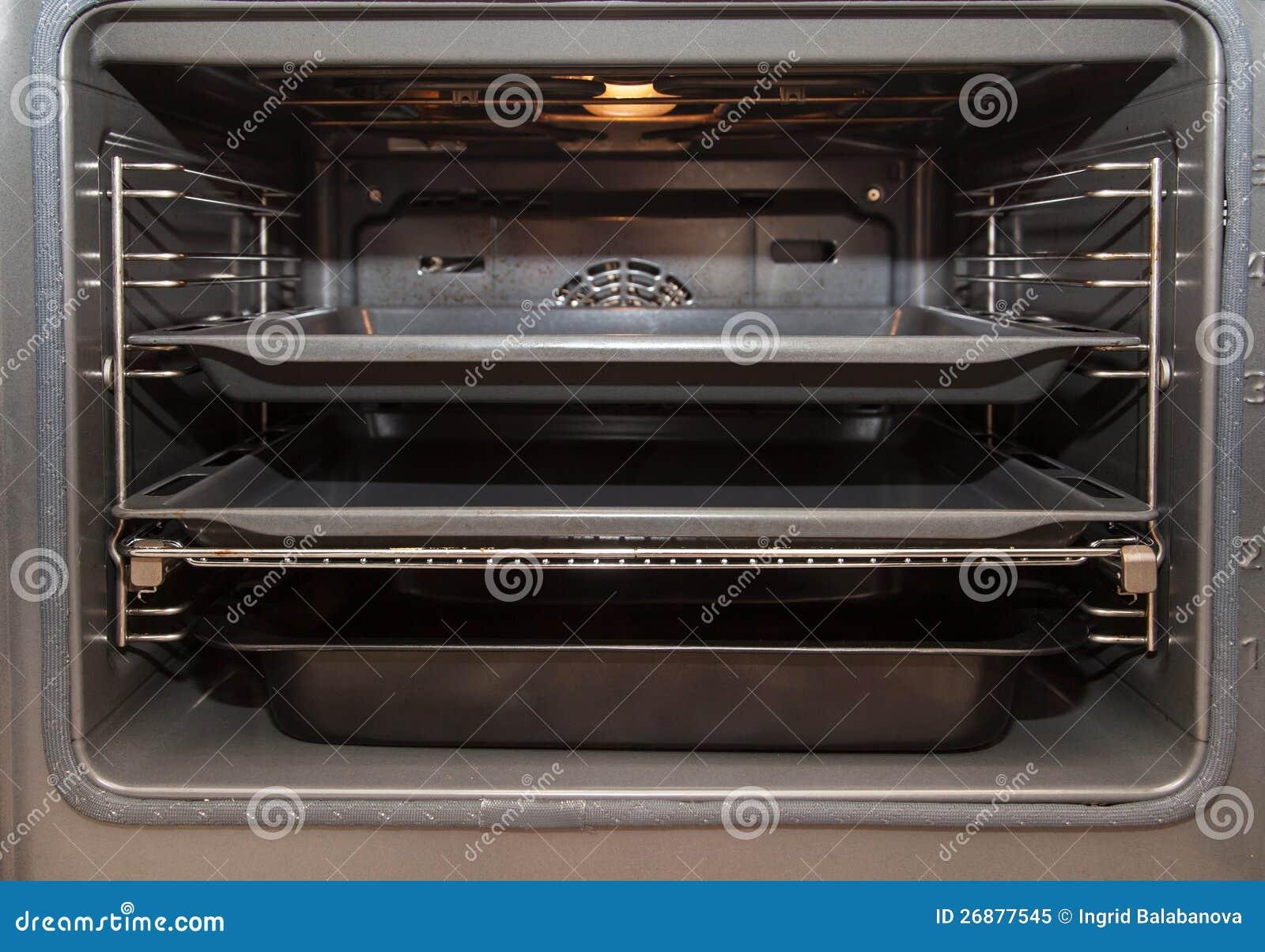 Open oven met dienblad