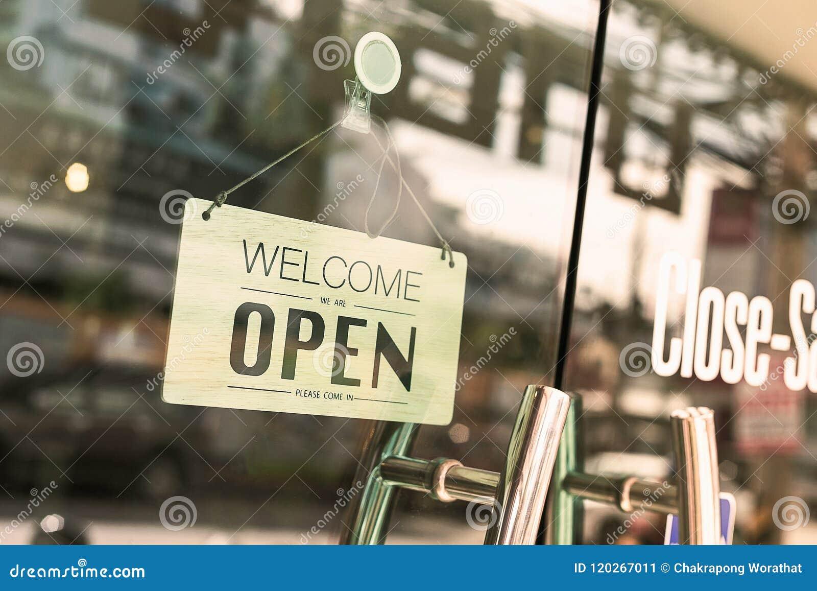 Open teken breed door het glas van venster bij koffiewinkel