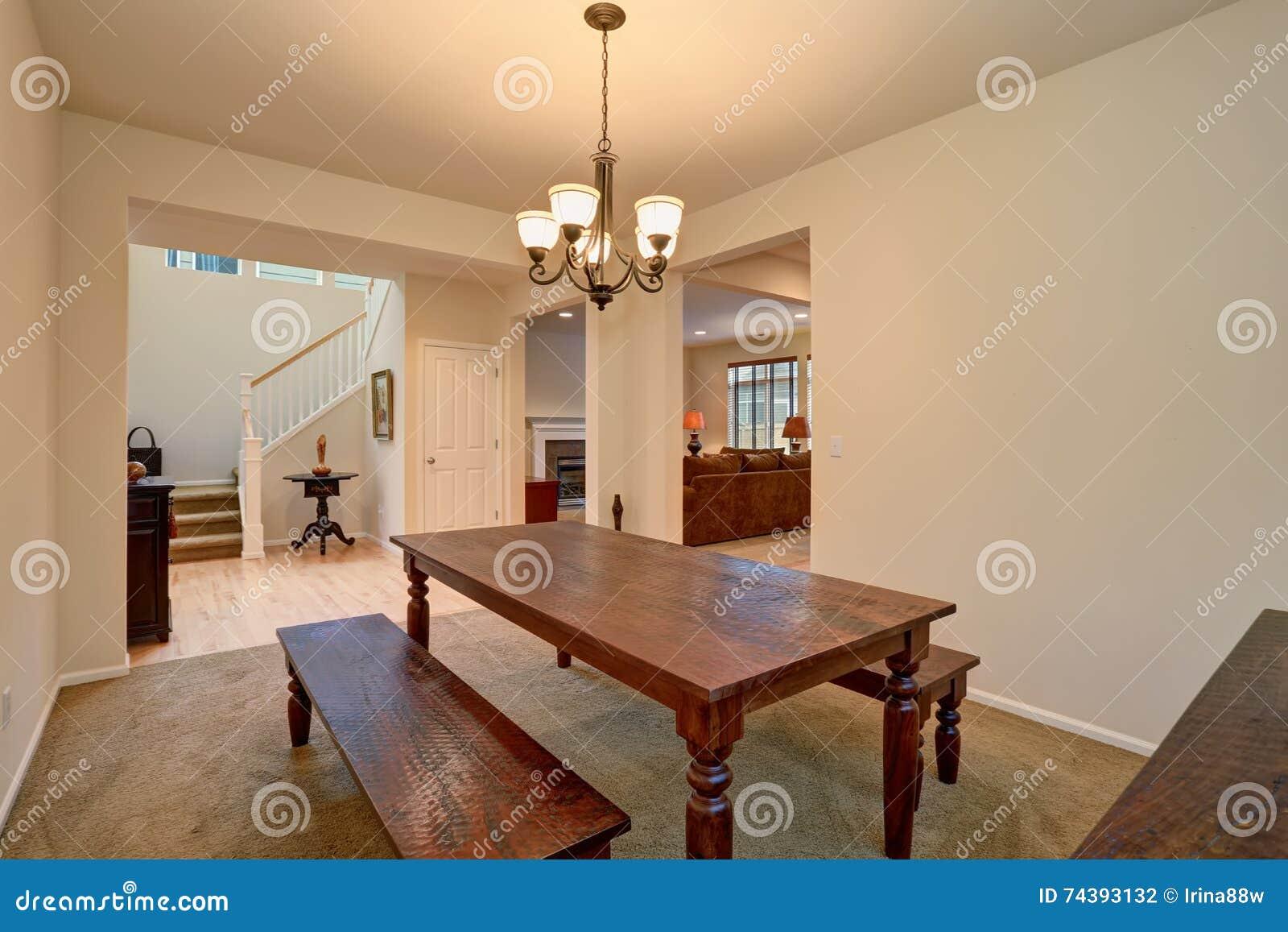 Open vloerplan mening van eetkamer met gesneden houten lijst en
