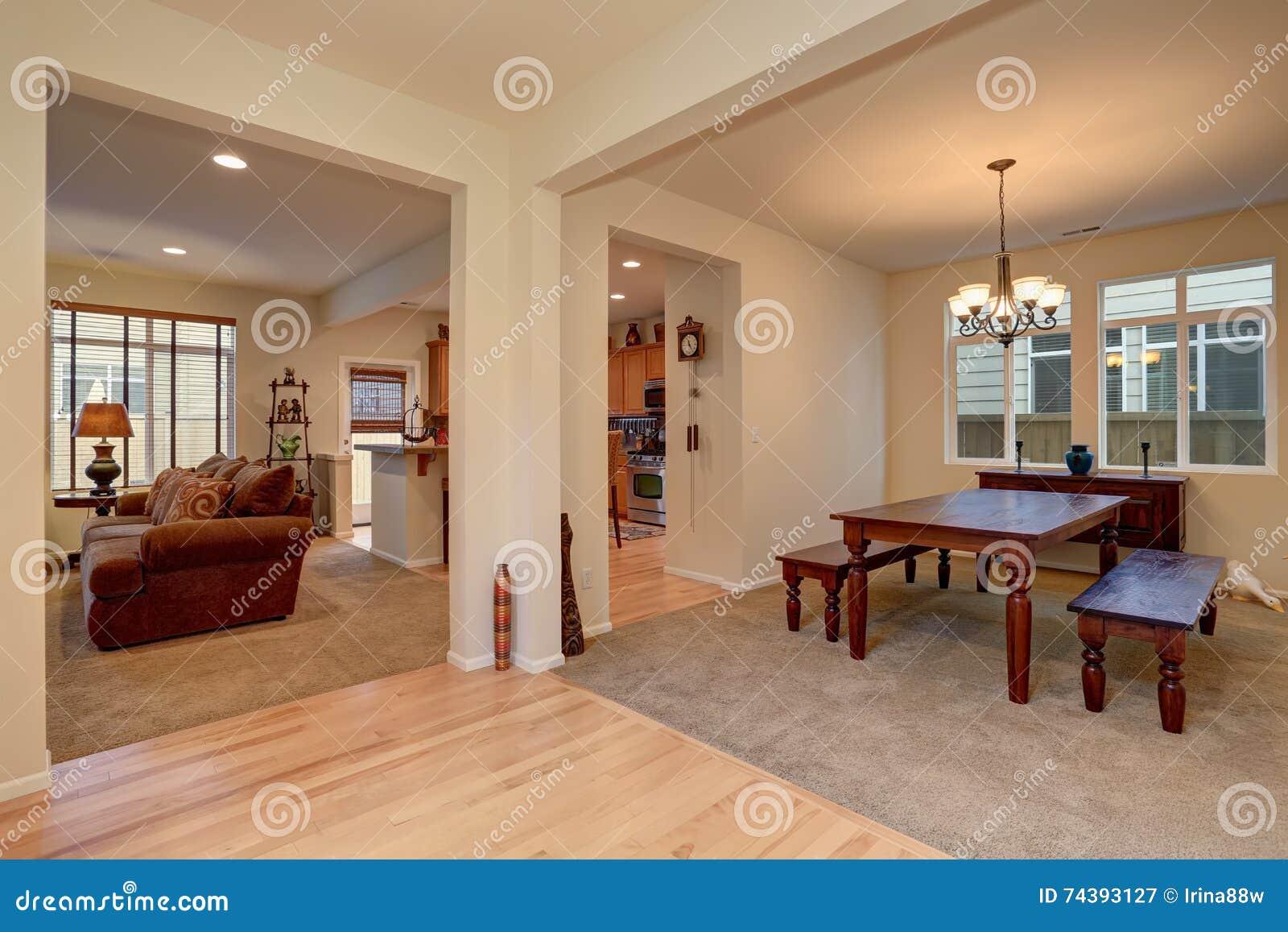 Eetkamer Keuken Open : Open vloerplan mening van eetkamer met gesneden houten lijst