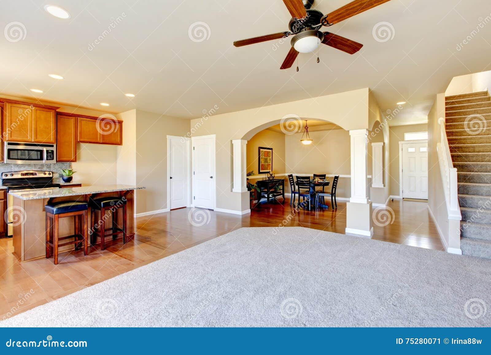 Eetkamer Keuken Open : Open vloerplan mening van keuken eetkamer en entryway stock