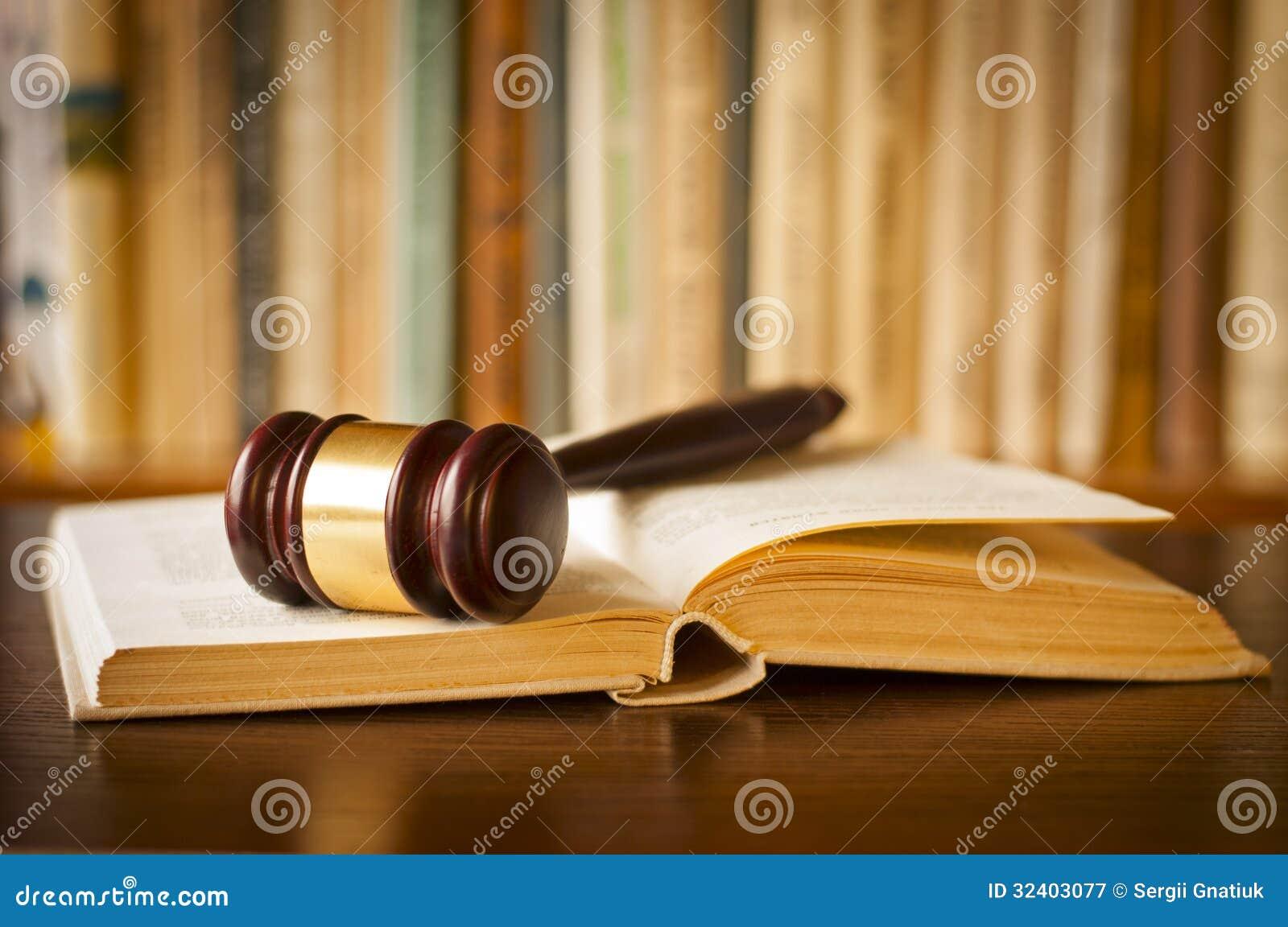 Open wetsboek met een rechtershamer