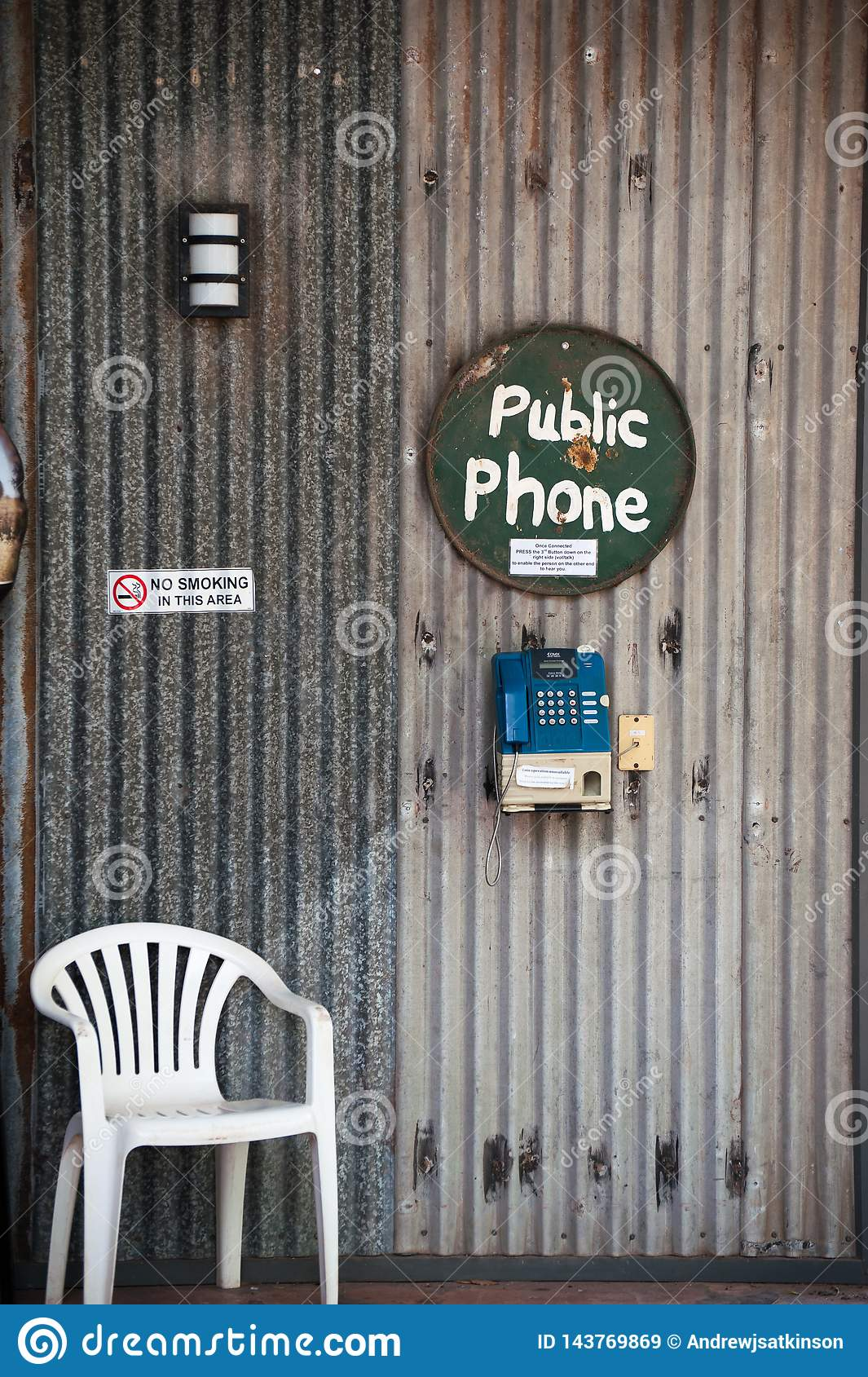 Openbare telefooncel bij een binnenlandpost in Australië