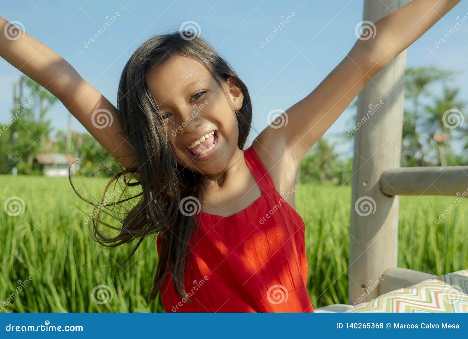 In openlucht kleedde het levensstijlportret zich van het mooie en zoete jonge meisje gelukkig en vrolijk glimlachen, het opgewekt