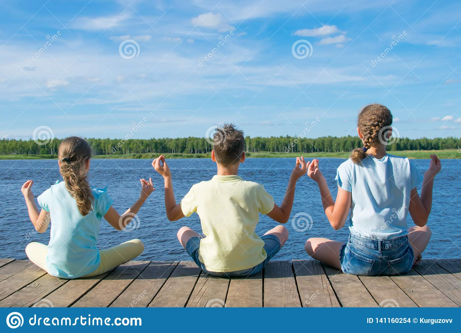 In openlucht, op de pijler, dichtbij het water, zijn de kinderen bezig geweest met ontspanning in de vorm van yoga