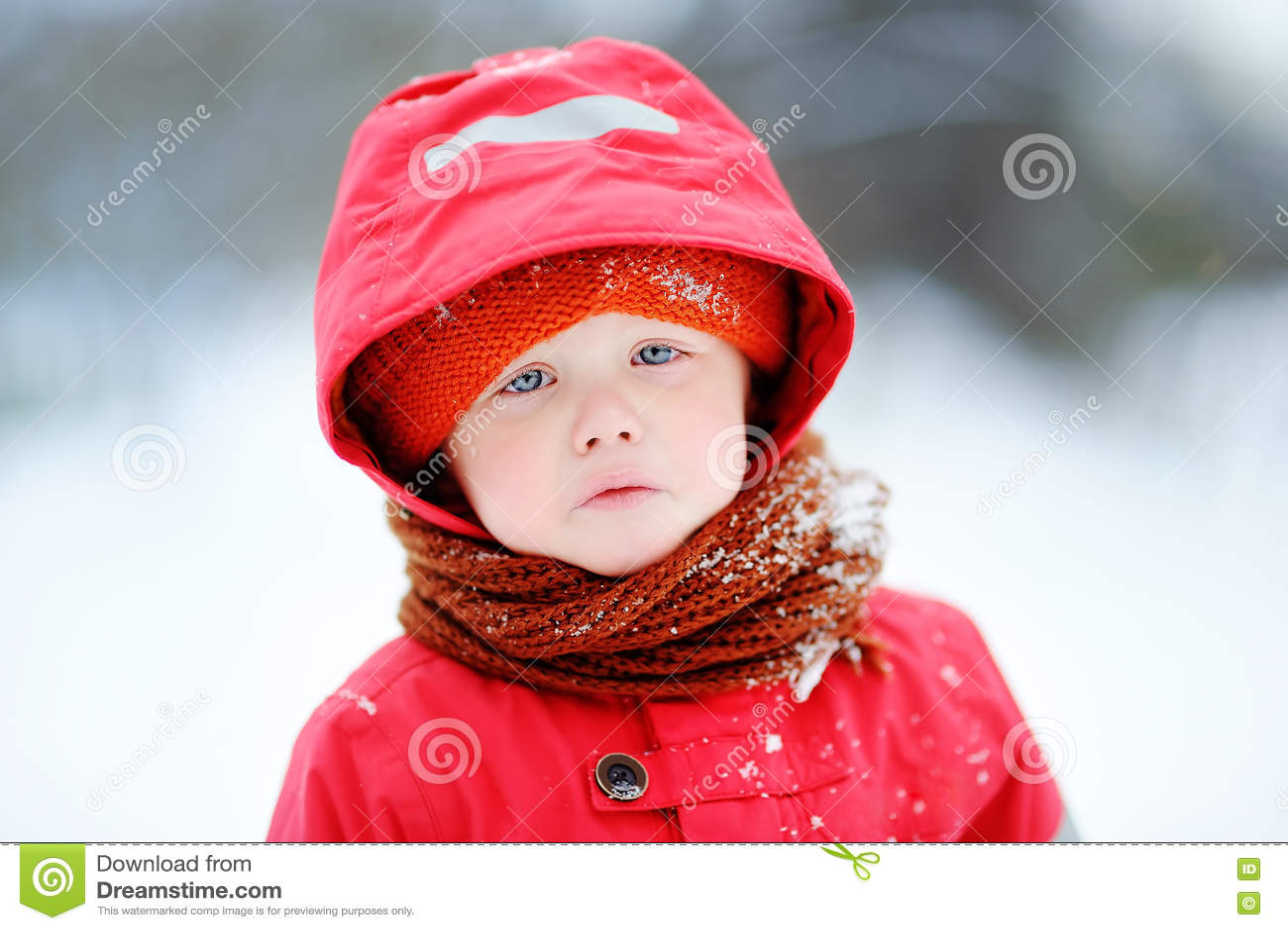In openlucht portret van droevig schreeuwend weinig jongen in de winter