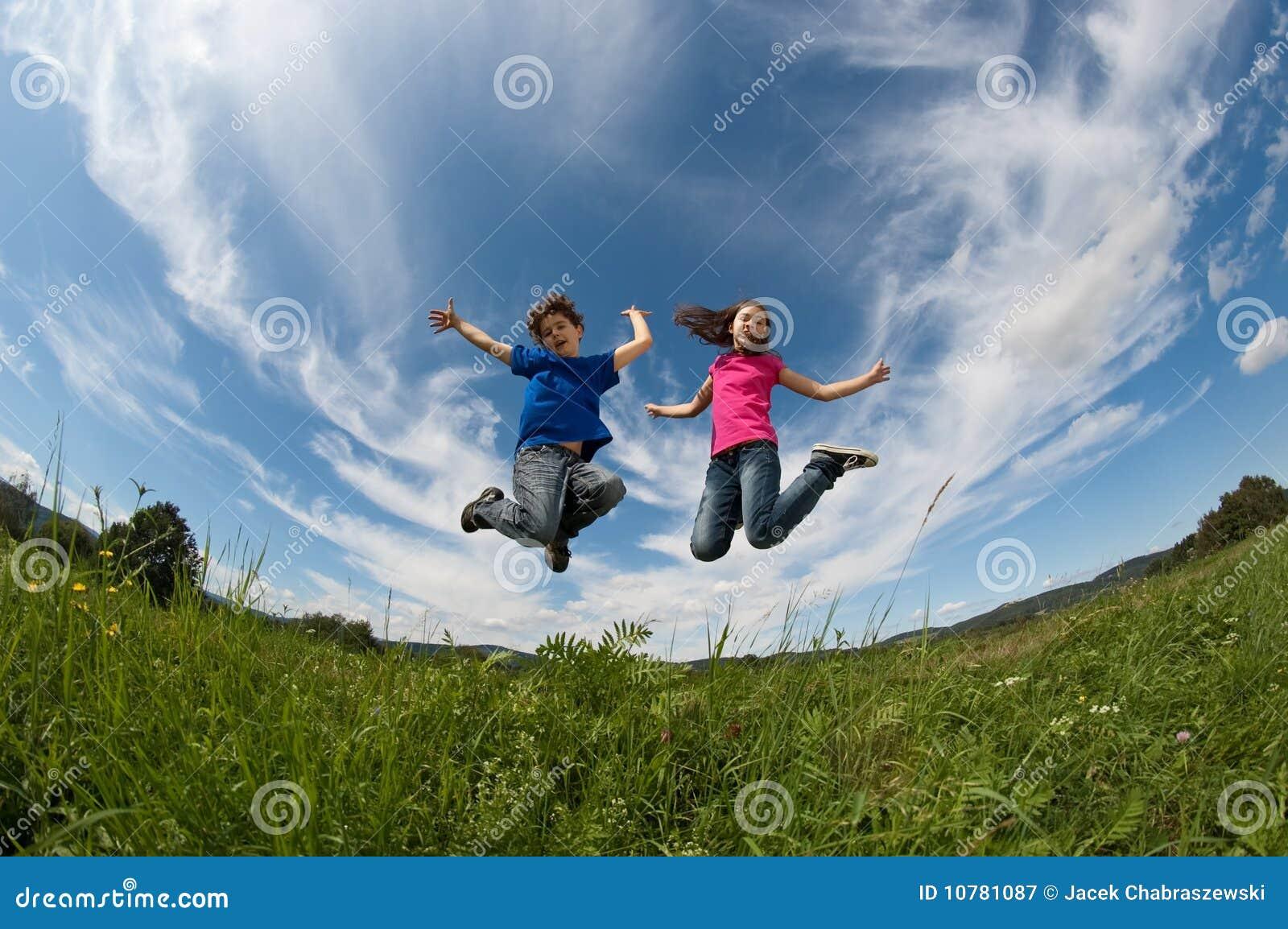 Openlucht springen van jonge geitjes