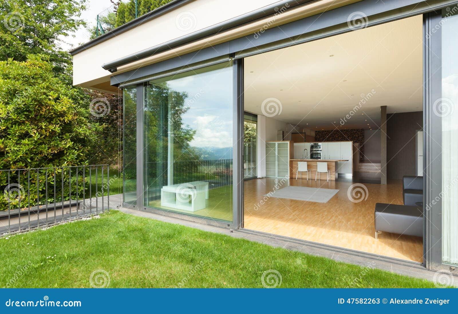 Openlucht van een modern huis tuin stock afbeelding afbeelding