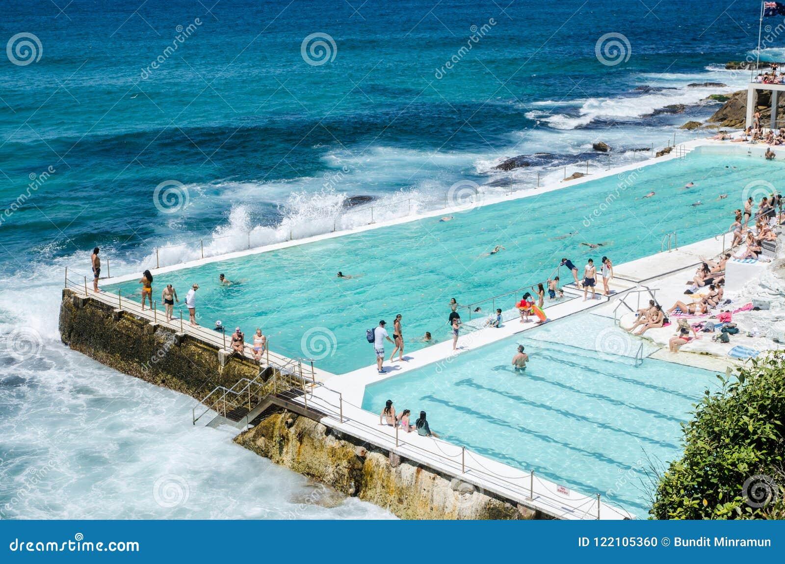 Openlucht zwembad met mooie oceaanmening bij Bondi-Ijsbergen die Club zwemmen