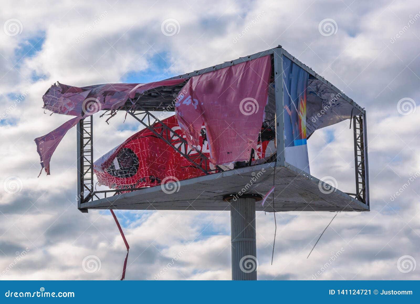 Openluchtdie reclamebanner door de wind wordt gescheurd