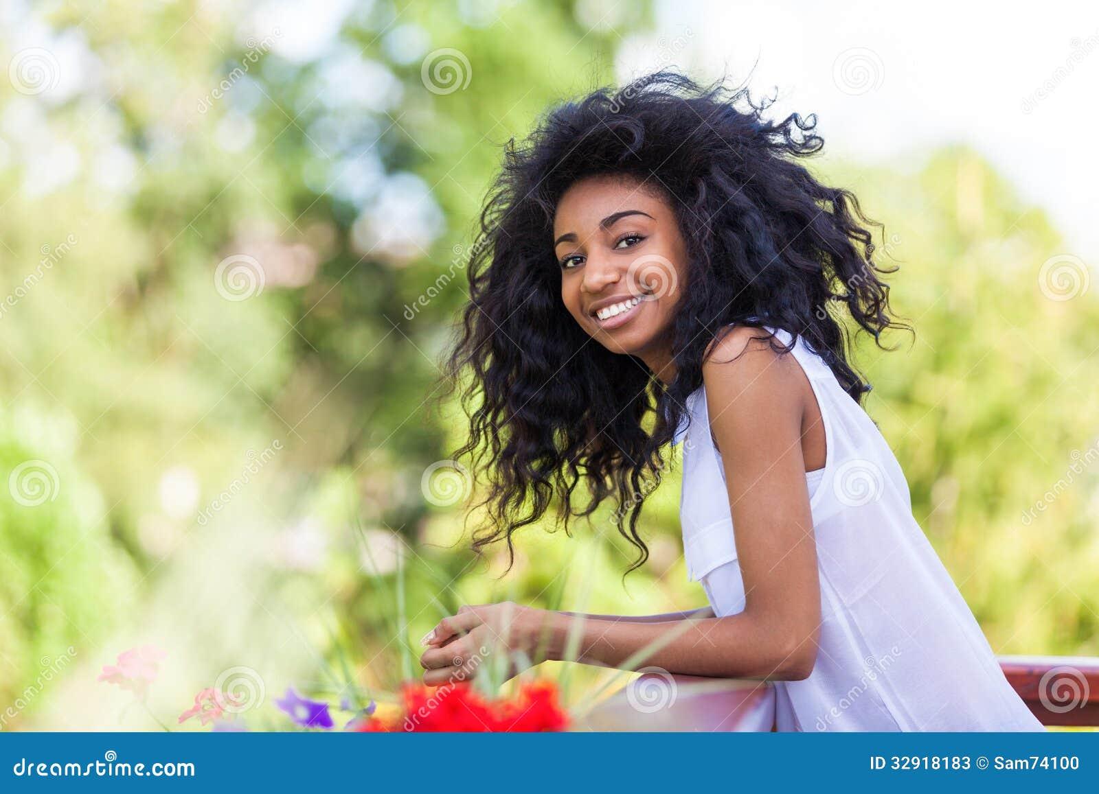 Openluchtportret van een tiener zwart meisje afrikaanse mensen stock foto 39 s afbeelding 32918183 - Tiener meisje foto ...