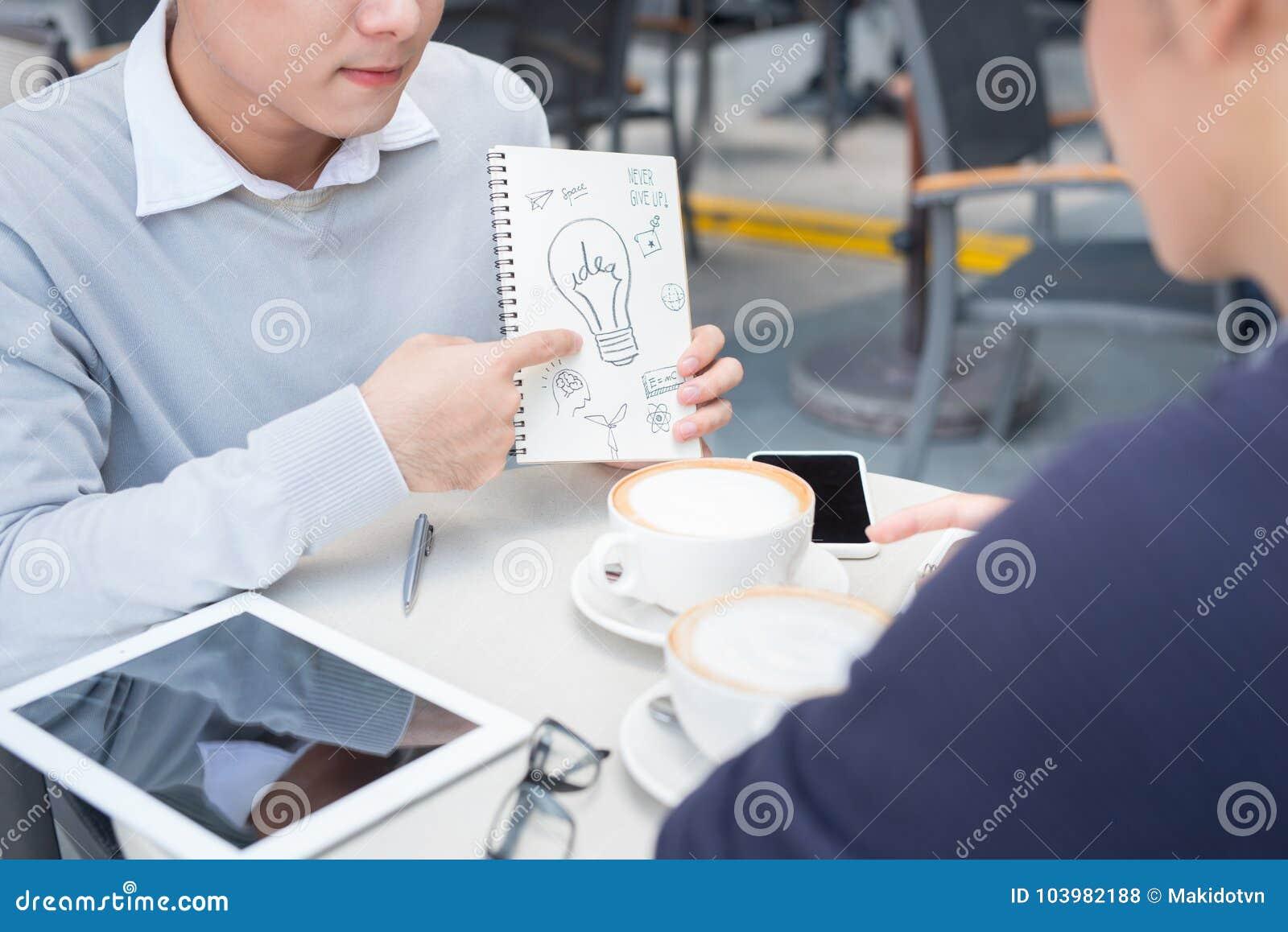 Openluchtportret van twee jonge ondernemers die bij sh koffie werken