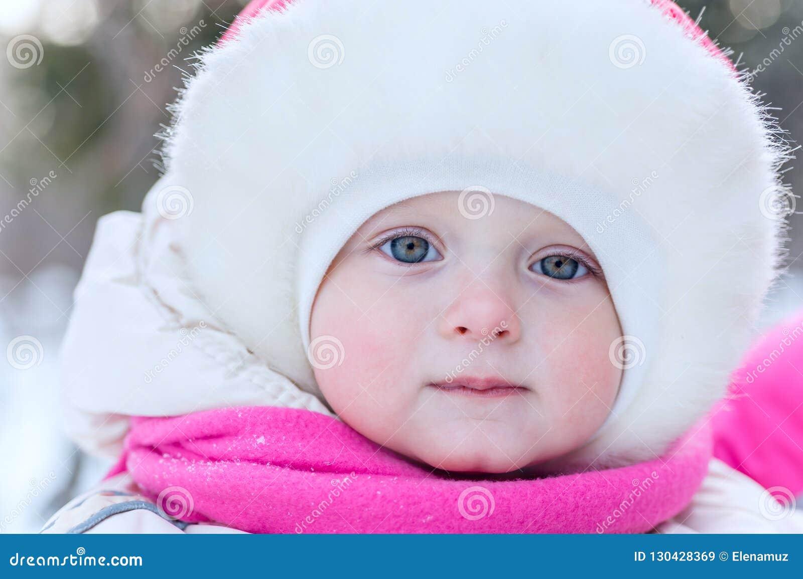 Openluchtportretgezicht van een klein meisje in een GLB-close-up binnen op t