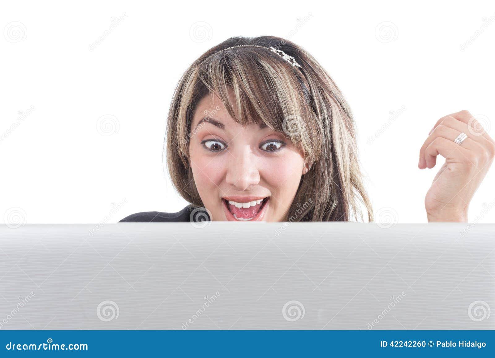 Openmouthed szczęśliwa dziewczyna patrzeje laptopu ekran