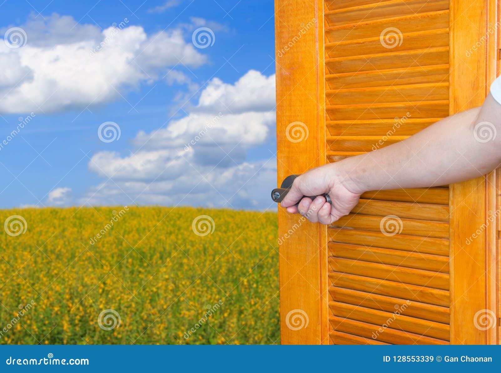 Opent het open de deurhandvat van de mensenhand de schommelende schacht of lege ruimtedeur voor aard