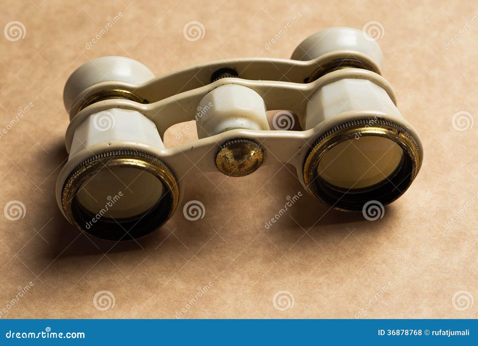 Download Opera, Teatro. Binocolo Bianco Sulla Tavola Fotografia Stock - Immagine di esplori, metallo: 36878768
