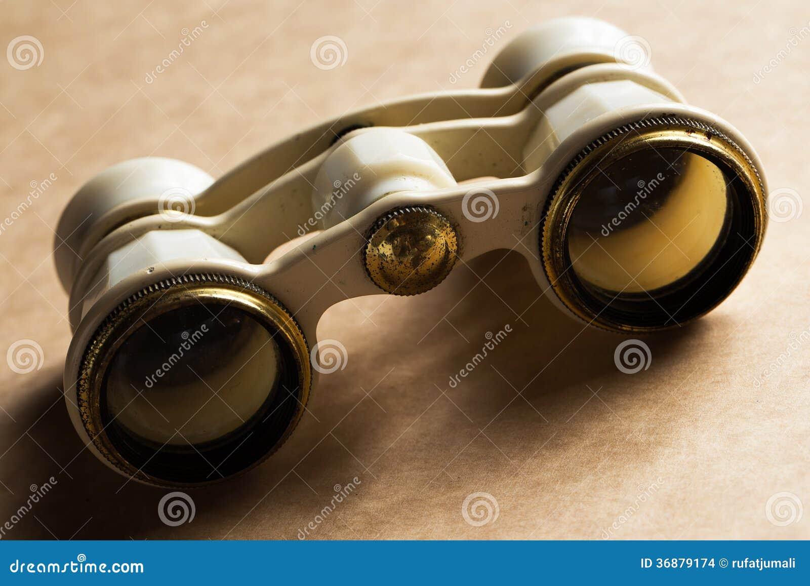 Download Opera, Teatro. Binocolo Bianco Sulla Tavola Fotografia Stock - Immagine di sguardo, binocolo: 36879174