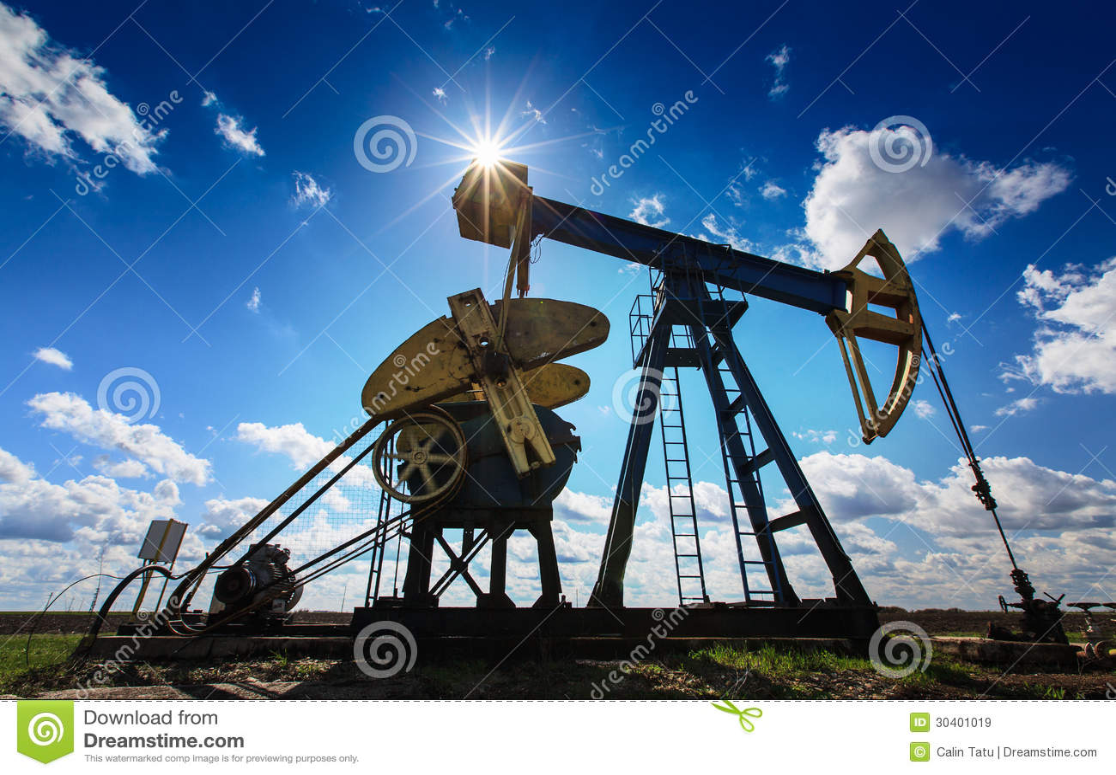 Operacyjny ropa i gaz well profilujący na pogodnym niebie