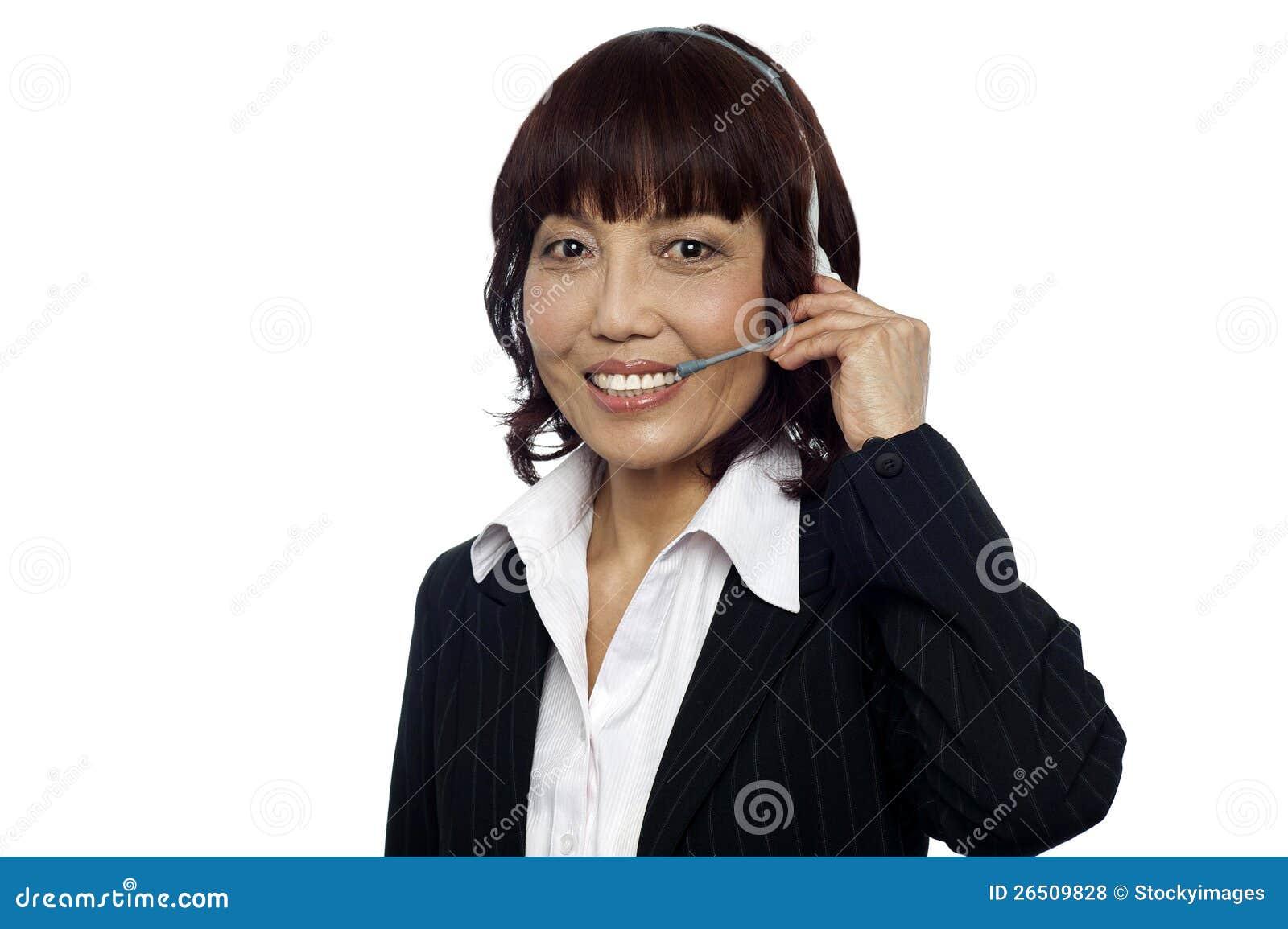 Operador asiático alegre do apoio a o cliente
