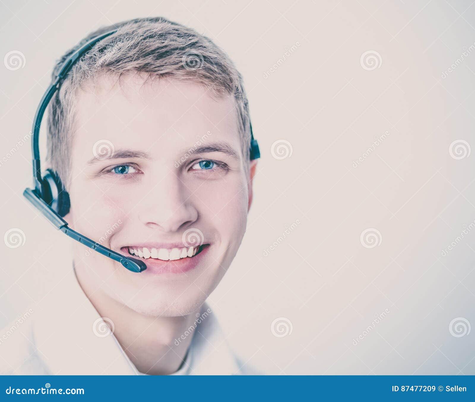 Operador de la atención al cliente con auriculares en el fondo blanco