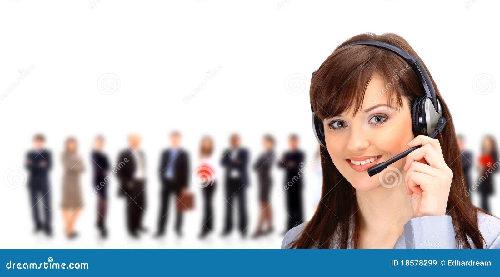 Operador del centro de atención telefónica con el receptor de cabeza