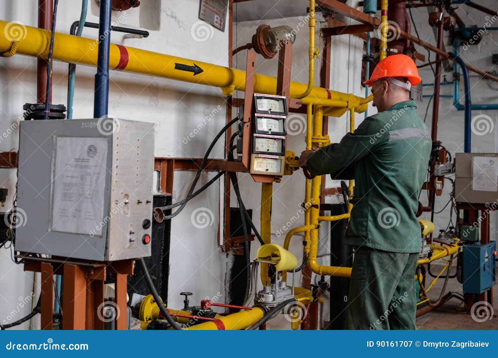 Operador en industria de la producción del gas natural