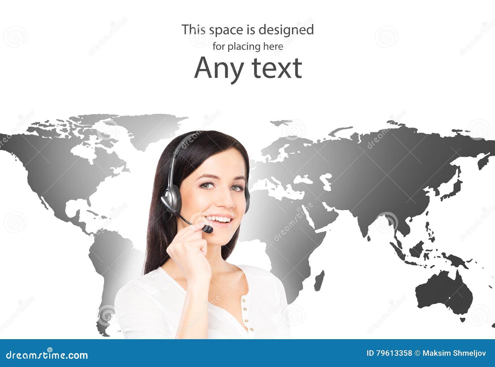 Operador fêmea novo do apoio ao cliente em um mapa do mundo