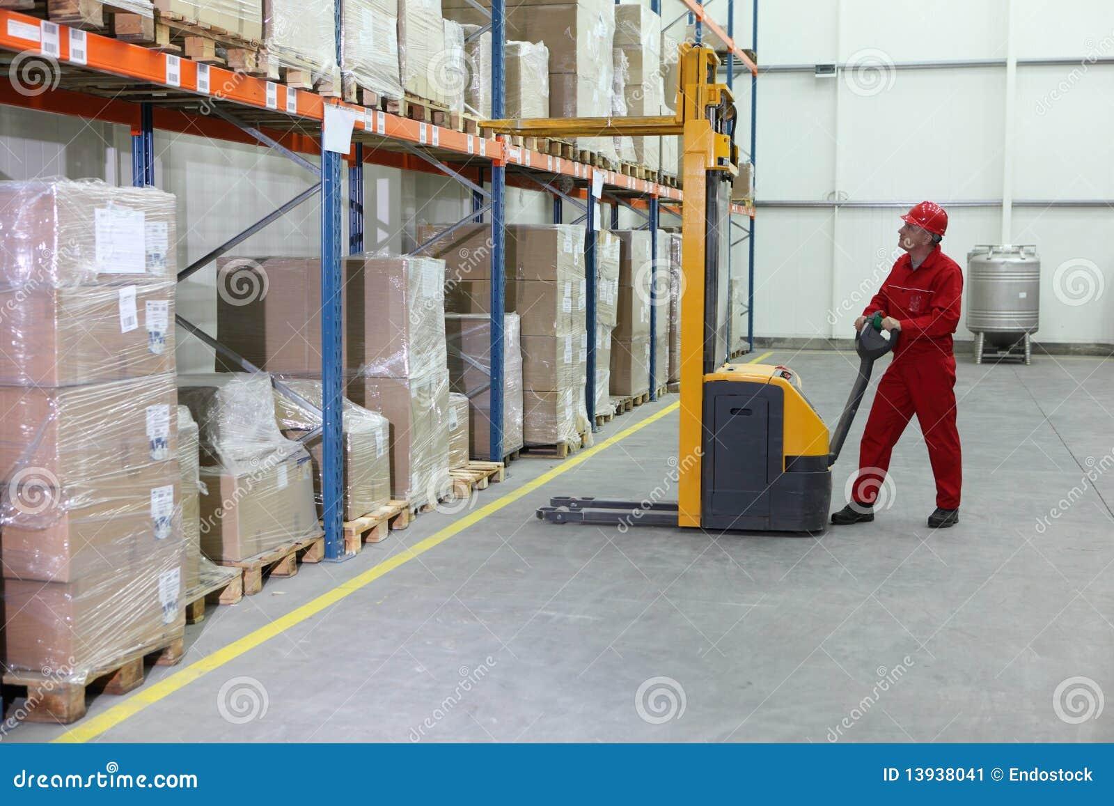 Operador manual de la carretilla elevadora en el trabajo for Floor operator