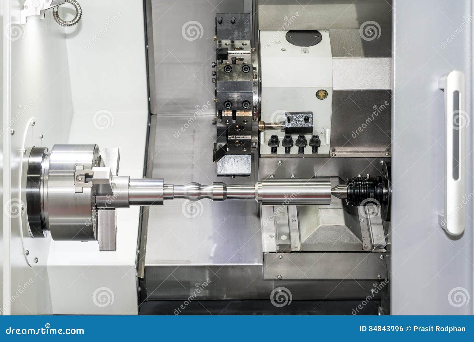 Operador que faz à máquina a parte automotivo pela máquina de giro do cnc