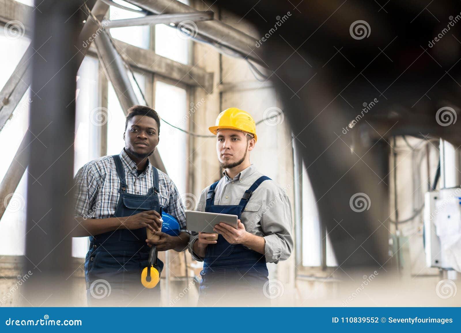 Operadores de máquina que tomam a ruptura do trabalho