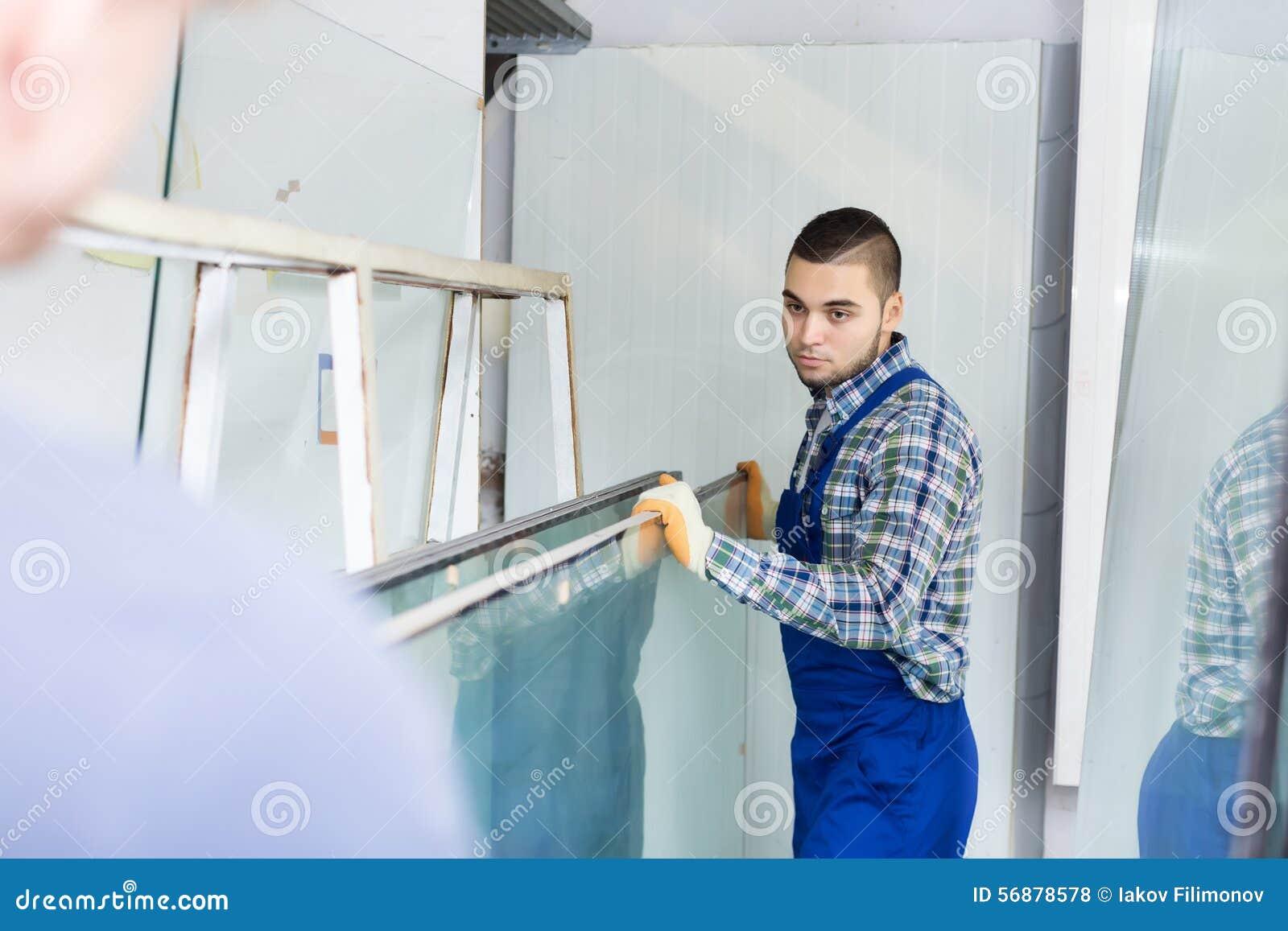 Operai che lavorano con il vetro
