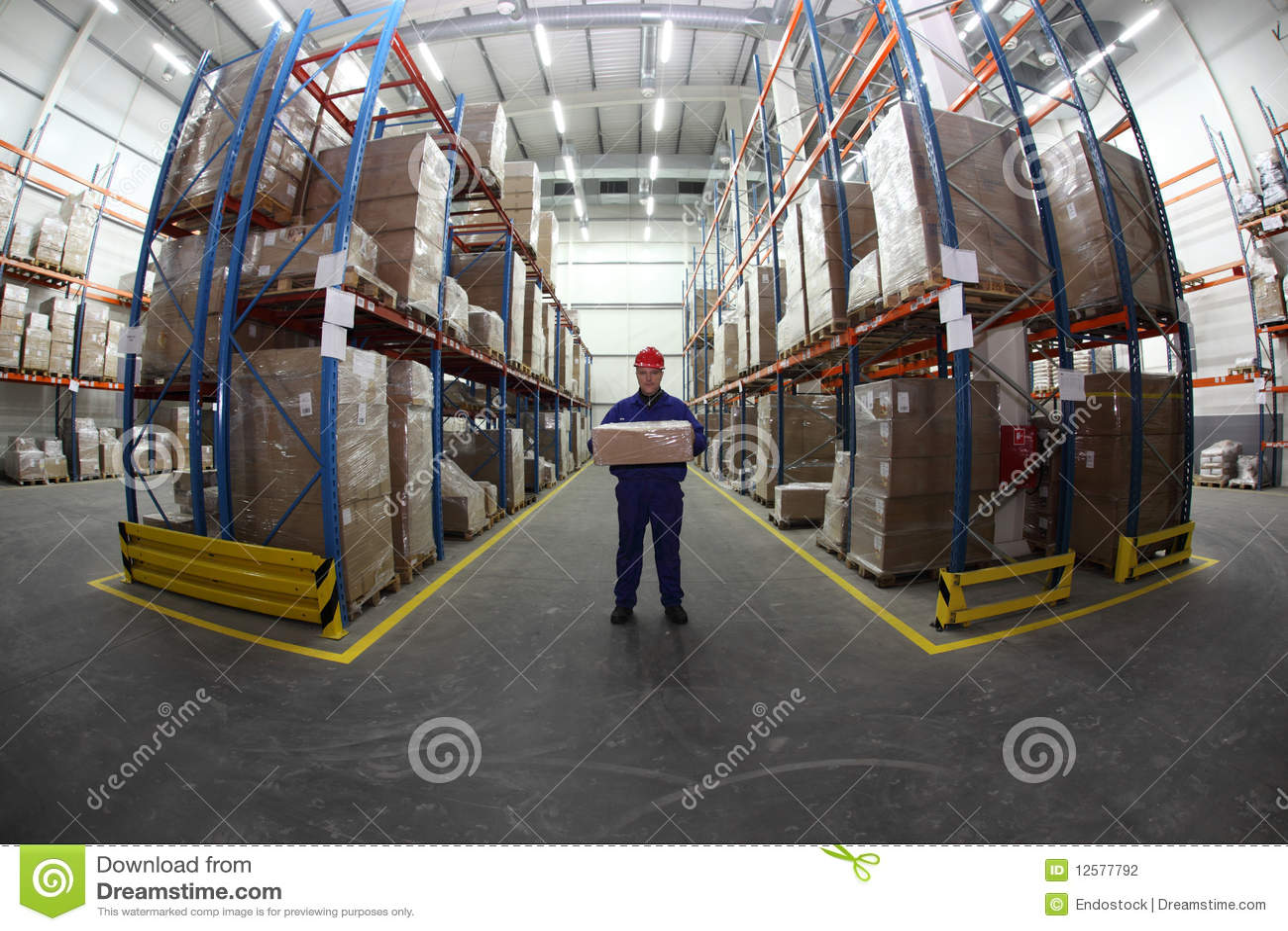 Operaio del magazzino con la casella
