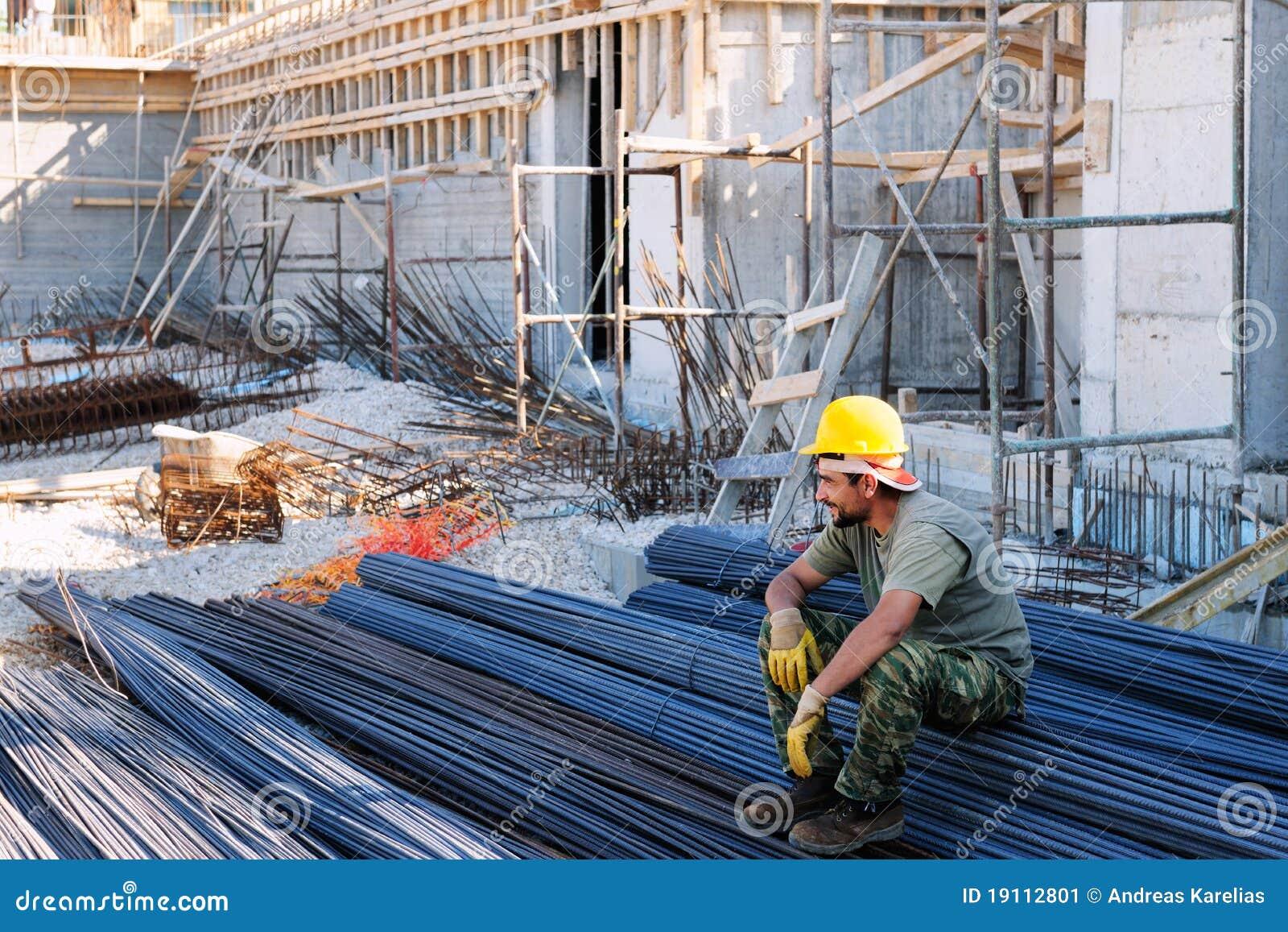 Operaio di costruzione che riposa sulle barre d acciaio