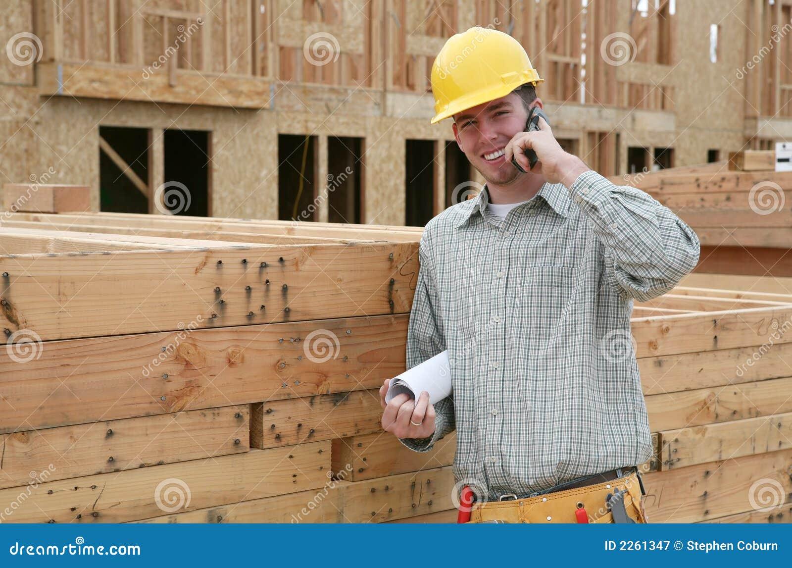 Operaio di costruzione sul telefono