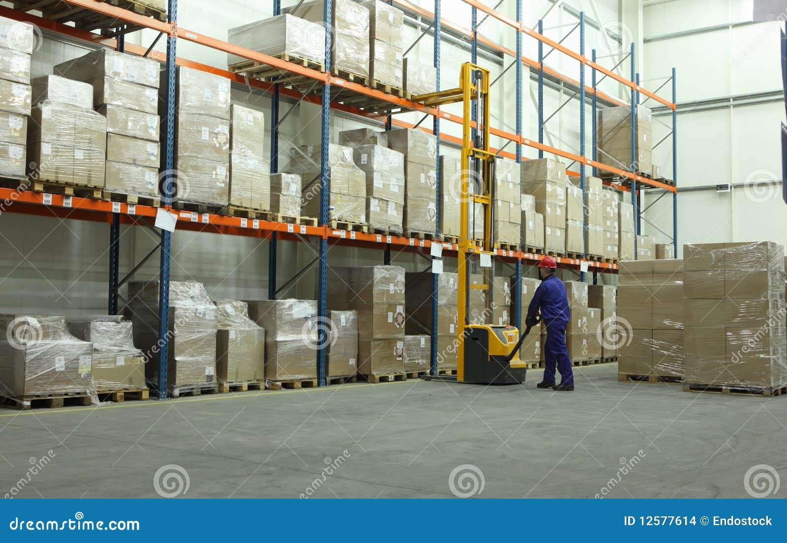 Operaio in magazzino