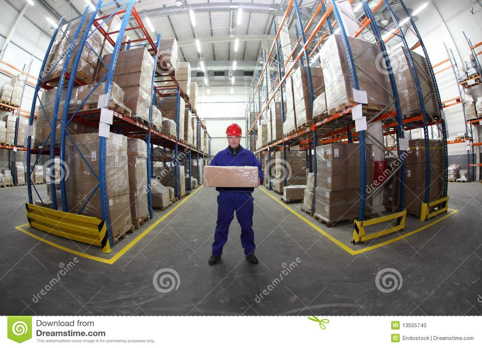 Operaio in uniforme con la casella nel magazzino