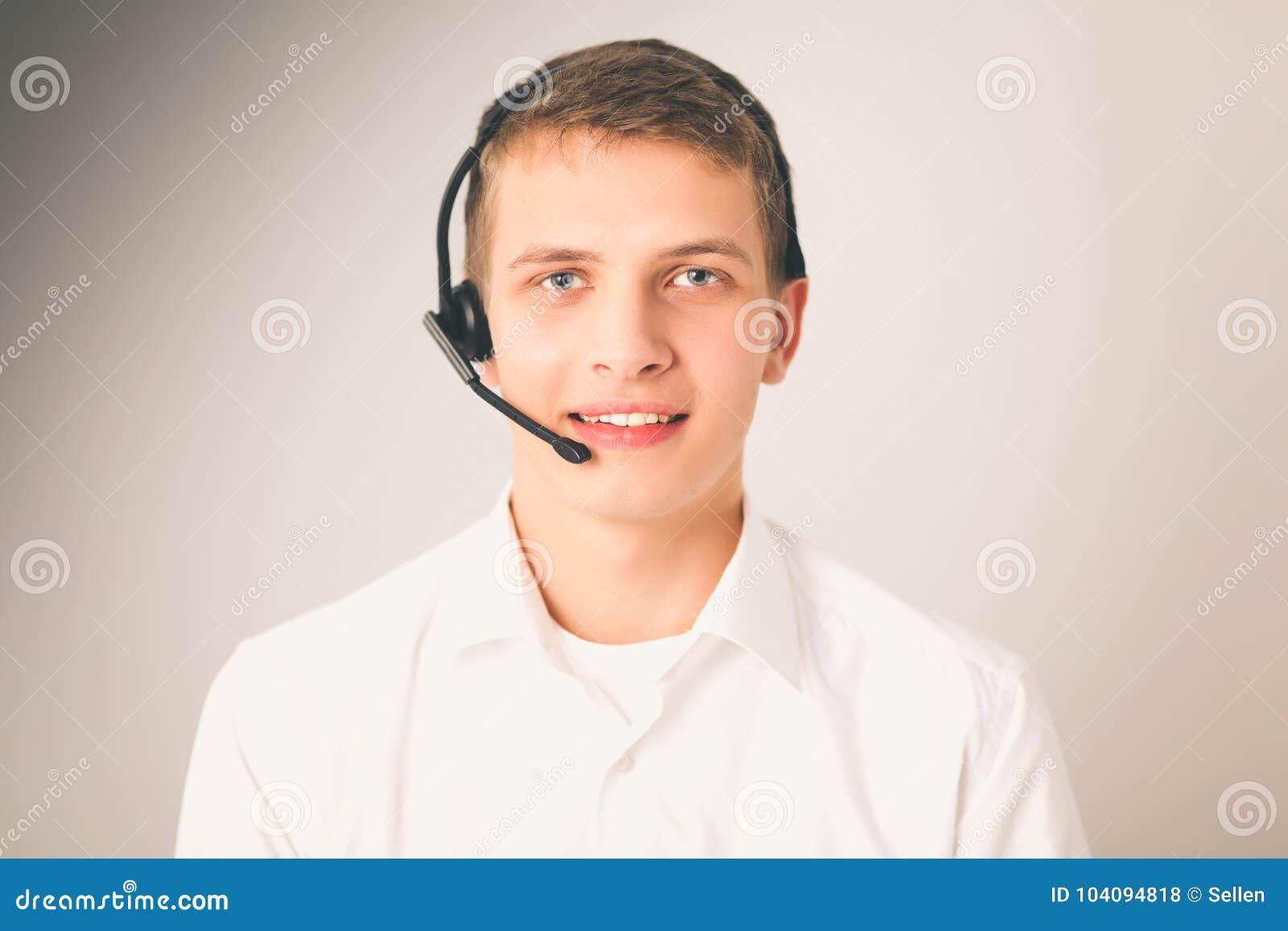 Operatör för kundservice med en hörlurar med mikrofon på vit bakgrund