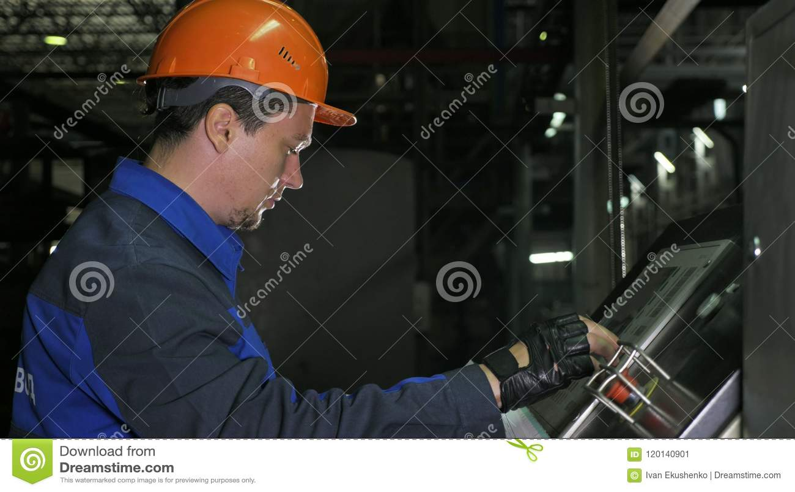 Operatören övervakar kontrollbordet av produktionslinjen Tillverkning av den plast- fabriken för vattenrör Process av danande