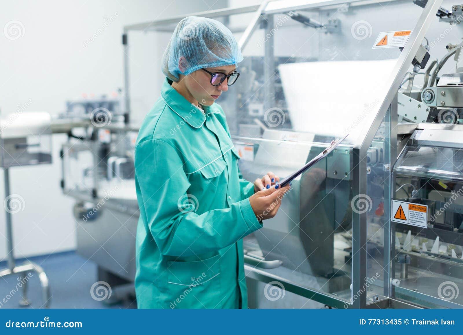 Operator kontrola maszyna w fabrycznej pracie